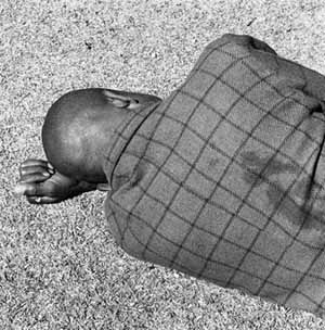<SPAN class=bildunterschrift>David GoldblattFrom the series <EM>Particulars</EM>, 2003<EM>Man sleeping, Joubert Park, Johannesburg</EM>, 1975Gelatin-silver print, 50,8 x 61 cm© David GoldblattPhoto courtesy of Fotomuseum Winterthur</SPAN>