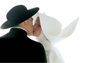 Oliviero Toscani:<EM> Kissing-Nun</EM>, 1992© Copyright 1991 Benetton Group S.p.APhoto: Oliviero ToscaniPhoto courtesy of Musée de l'Elysée, Lausanne