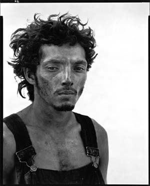 Richard Avedon: <EM>Roberto Lopez, Texas oil field worker</EM>Lyons, Texas, 28 September 1980Photograph from the series: In the American WestRichard Avedon© 2008 the Richard Avedon FoundationPhoto courtesy of Jeu de Paume
