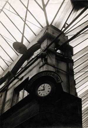 Germaine Krull: <EM>Old Architecture: Pressure of time</EM>, 1928Amsab-Institute of Social History, Ghent© Estate Germaine Krull, Museum Folkwang, Essen